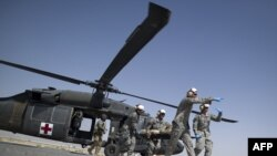 افغانستان: یو سخت ژوبل امریکايي سرتېري امریکايي پوځي روغتون ته وړل کېږي