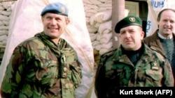 Атиф Дудакович (справа) и генерал Майкл Роуз, командующий вооруженными силами ООН в Боснии в 1994 году (архивное фото)