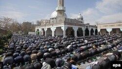 Пятничная молитва в главной мечети в Бишкеке.
