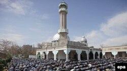 Қырғызстан орталық мешітінде мұсылмандар жұма намазына жиналды. Бішкек, 9 сәуір 2010 жыл.