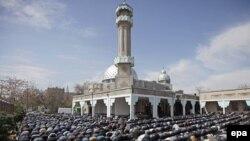 Мусульмане совершают намаз в главной мечети Бишкека. 9 апреля 2010 года.