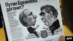 Caricatură rusă din 2011 înfățișîndu-i pe Vladimir Putin și Leonid Brejnev.