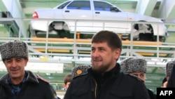 Кадыров Рамзан ву (Аьт) оьрсийн Lada Priora машенаш еш йолу завод схьайоьллучу церемонехь дакъа лоцуш, Устрада-гIала, 26Деч2012