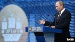 Presidenti i Rusisë, Vladimir Putin, në Forumin Ndërkombëtar Ekonomik në Shën Petersburg.