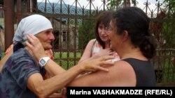Элизавет Стоунның екі анасы - Лиана Хурцидзе (сол жақта) мен Линда Стоун. Грузия, 16 шілде 2013 жыл.