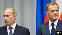 პოლონეთის პრემიერ-მინისტრი დონალდ ტუსკი (მარცხნივ) და რუსეთის პრემიერ-მინისტრი ვლადიმირ პუტინი