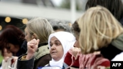 Голландиядагы Каражичти соттоп жаткан трибыналды босниялык аялдар пикеттешти, 26-октябр, 2009-жыл