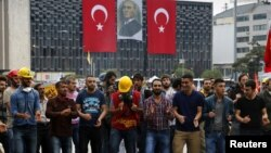 Протестующие танцуют на площади Таксим в парке Гези. Стамбул, 13 июня 2013 года.
