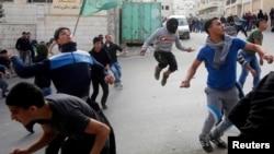 Protestuesit palestinezë hedhin gurë kundër ushtarëve izraelitë gjatë një proteste të mëparshme në Hebron të Bregut Perëndimor