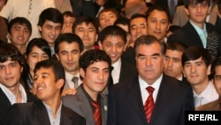 Эмомали Рахмон с таджикскими студентами в Нью-Йорке. Фото из архива.