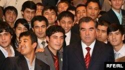 Тәжікстан президенті Эмомали Рахмон Нью-Йорктегі тәжік студенттерімен бірге. Мұрағаттағы сурет