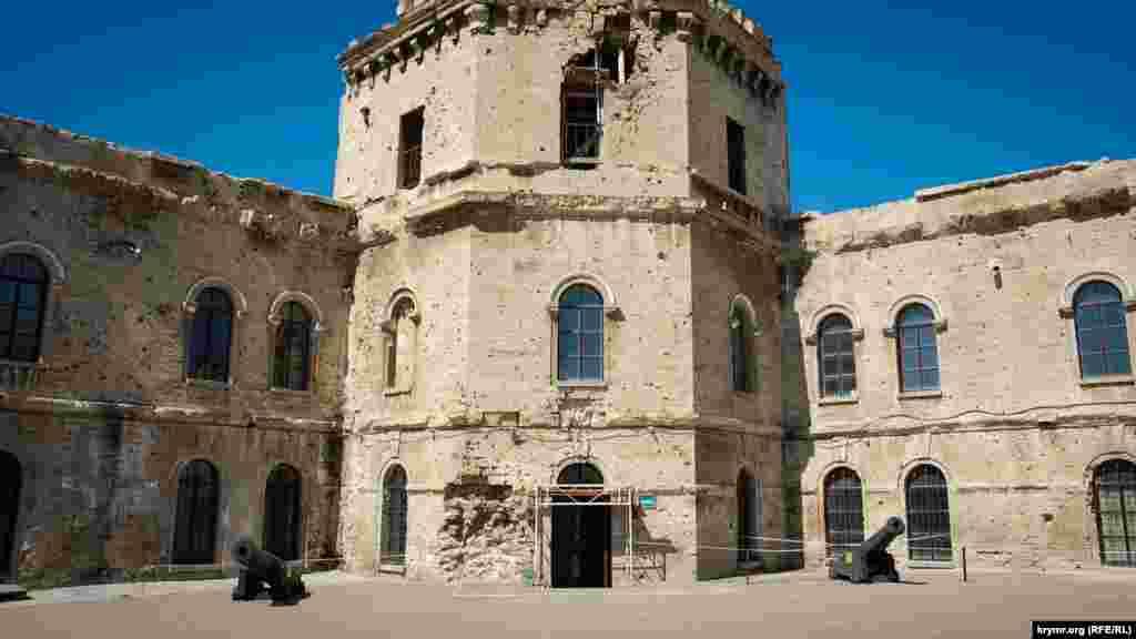 Частково зруйнована в роки війни ближня вежа Михайлівського форту