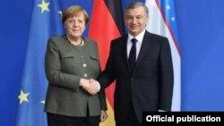 Özbek prezidenti Şawkat Mirziýoýew we Germaniýanyň kansleri Angela Merkel. 21-nji ýanwar, Germaniýa