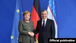 Өзбек президенти Шавкат Мирзиёев менен немис канцлери Ангела Меркел.