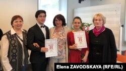 Слева направо: Ольга Хагба, Барас Куджба, Елена Хагба, Мария-Эмилия Терзян-Хагба, Нинель Бжания
