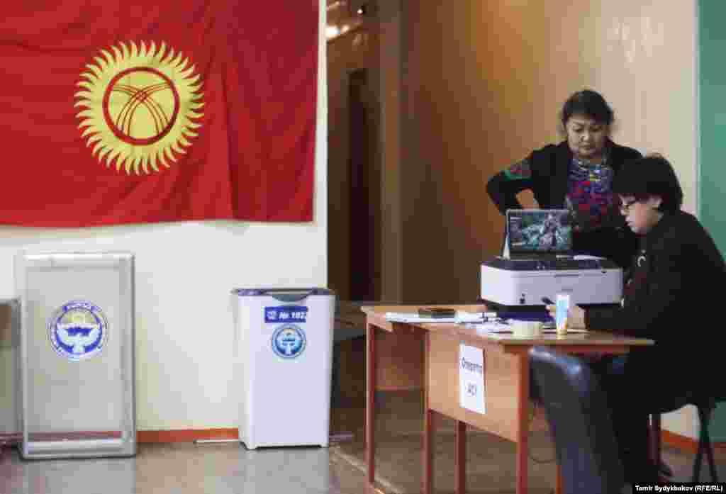 На отдельных участках в Бишкеке и Оше наблюдается сбой техники, возникают большие очереди, что вызывает возмущение избирателей. Как сообщает корреспондент «Азаттыка», в Бишкеке на участке №1136 в микрорайоне №6 были проблемы со считыванием данных избирателей. По данным наблюдателя от партии «Кыргызстан» Константина Конкина, схожая ситуация наблюдается на участке №1037 в микрорайоне «Джал».