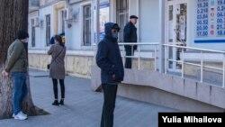 La coadă la bancă, în condiții de stare de urgență. Chișinău, 31 martie 2029