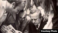 Іван Шамякін раздае аўтографы чытачам. 1976 год