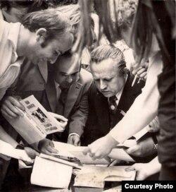 Іван Шамякін раздае аўтографы чытачам. 1976 г. З фондаў БДАМЛМ