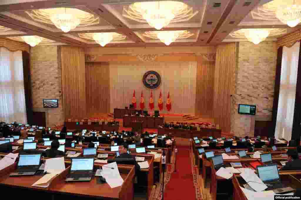 """Парламенттеги оппозициялык """"Ата-Журт"""" фракциясы АКШнын жүк ташуучу транзиттик борборун Кыргызстандан чыгаруу демилгесин көтөрдү."""
