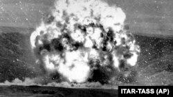 На снимке: момент подрыва ракеты меньшей дальности в рамках уничтожения арсеналов, предусмотренного ДРСМД