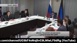 Зустріч ватажка бойовиків угруповання «ДНР» Пушиліна з так званим молодіжним парламентом. Скріншот з контрольованого бойовиками каналу