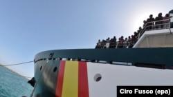 Migranti na brodu u italijanskoj luci Salerno, juni 2017.