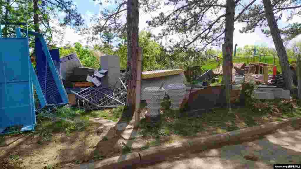 В лесу в 20-30 метрах от Памятника воинам-освободителям складируют ненужное имущество