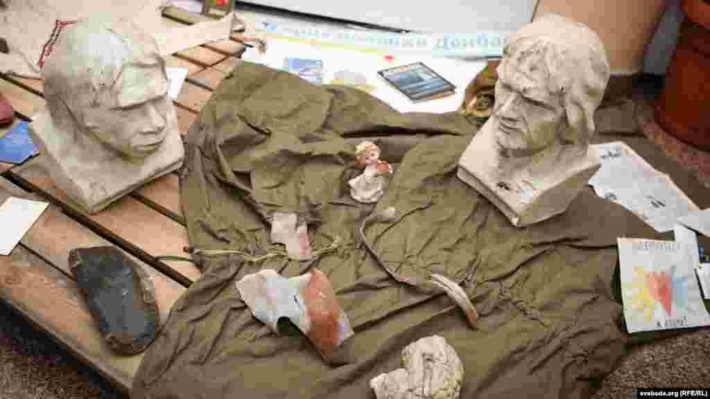 Олесь Пушкін. Фрагмент інсталяції з уламками снарядів і речами зі зруйнованої школи
