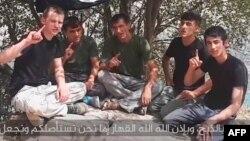 «Ислам мамлекети» тобуна кошулуп ант берүү тууралуу видео тасмадан алынган кадр.