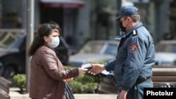 Ոստիկանը ստուգում է քաղաքացու անցաթուղթը, 25-ը մարտի, 2020թ.