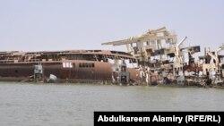 احدى السفن الغارقة في مباه شط العرب