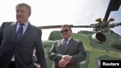 18 квітня 2011 року тодішній міністр оборони Михайло Єжель (ліворуч) та тодішній його російський колега Анатолій Сердюков відвідали військову базу біля міста Саки