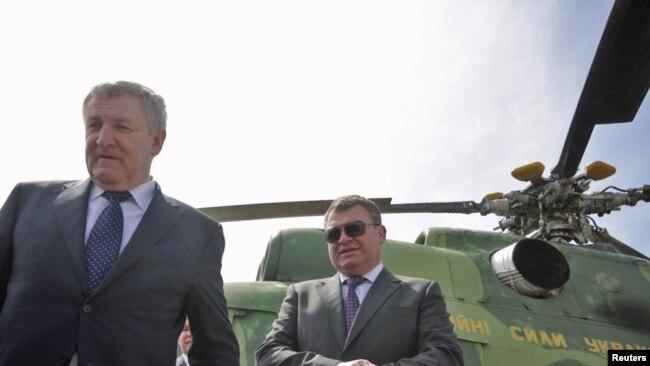 Министр обороны Украины Михаил Ежель (слева) и его российский коллега Анатолий Сердюков во время посещения военной базы возле города Саки, 18 апреля 2011 года