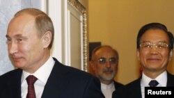 ون جیابائو (راست)، نخست وزیر چین، در کنار علیاکبر صالحی و ولادیمیر پوتین