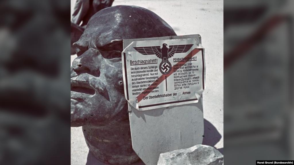 Национализация по-немецки: надпись на плакате гласит, что этот объект реквизирован и не может быть никому передан без особого разрешения командующего. На фото: голова памятника Ленину, июль 1942 года