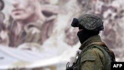Російський солдат поблизу Сімферополя, 20 березня 2014 року