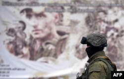 Российский солдат около военной базы в селе Перевальное, Крым, апрель 2014 года