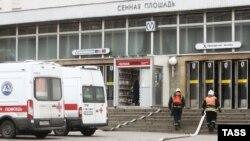 У станции метро «Сенная площадь», где в вагоне поезда произошел взрыв.