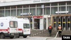 Спасатели возле метро в Петербурге, где случился взрыв, 3 апреля 2017 год