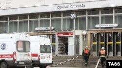 Машины «скорой помощи» возле станции метро в Петербурге, где случился взрыв, 3 апреля 2017 год