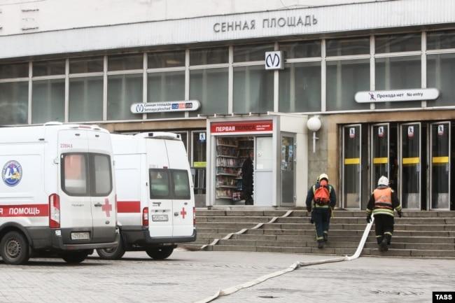 У станции метро