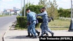 Задержание рядом с площадью Независимости в Нур-Султане. 6 июня 2020 года.