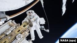 Ilustrim i punës së një astronuati jashtë Stacionit Ndërkombëtar të Gjithëssë