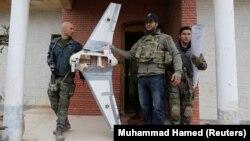 В боях под Мосулом джихадисты применяют дроны для сброса взрывчатых веществ на правительственные войска. 27 января 2017 года.