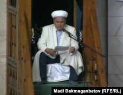 Имам читает проповедь. Алматы, 15 августа 2012 года.