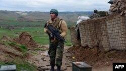 Një pjesëtar i forcave të sigurisë afgane në roje në një fshat të largët