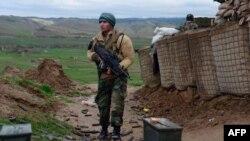 ارشیف، په بادغیس کې یو افغان سرتېری