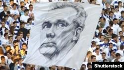 Уболівальники вивішують баннер із портретом Валерія Лобановського
