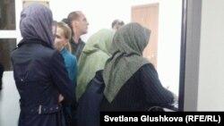 Родственницы осужденных по обвинению в терроризме в здании суда. Астана, 14 августа 2013 года.